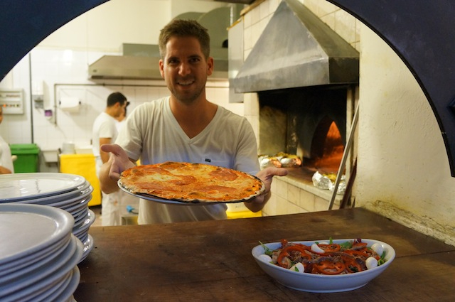 Turner Barr making pizza's in Rome (c) Turner Barr